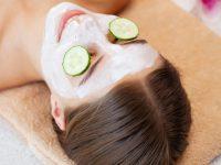 komkommer-over-de-ogen-en-een-masker-van-witte-klei-voor-gezichtsverzorging_118454-13311