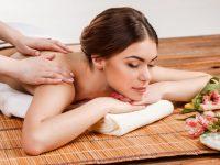 mooie-jonge-vrouw-in-een-spa-salon_155003-11029