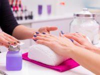 nails-salon-vrouw-nagellak-verwijderen-met-weefsel_79295-3819